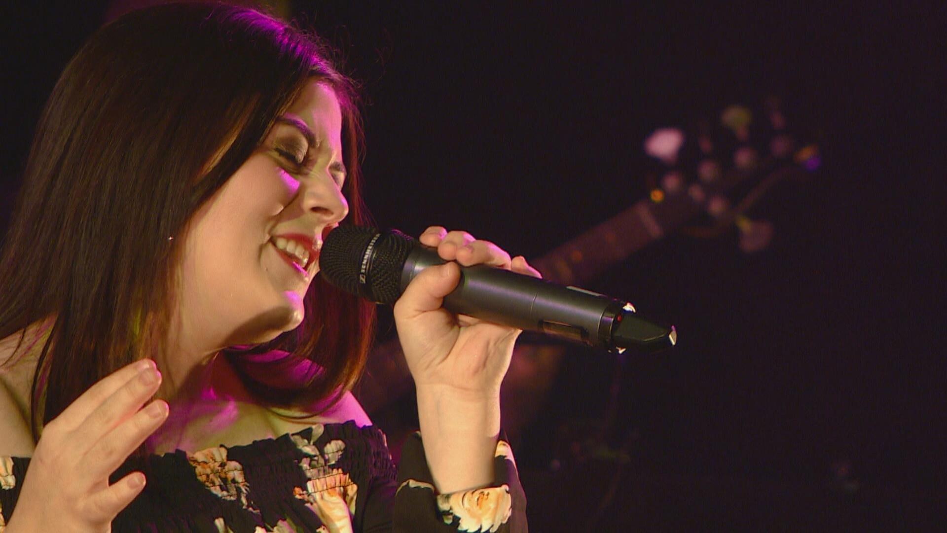 Renelle Ray chante au micro