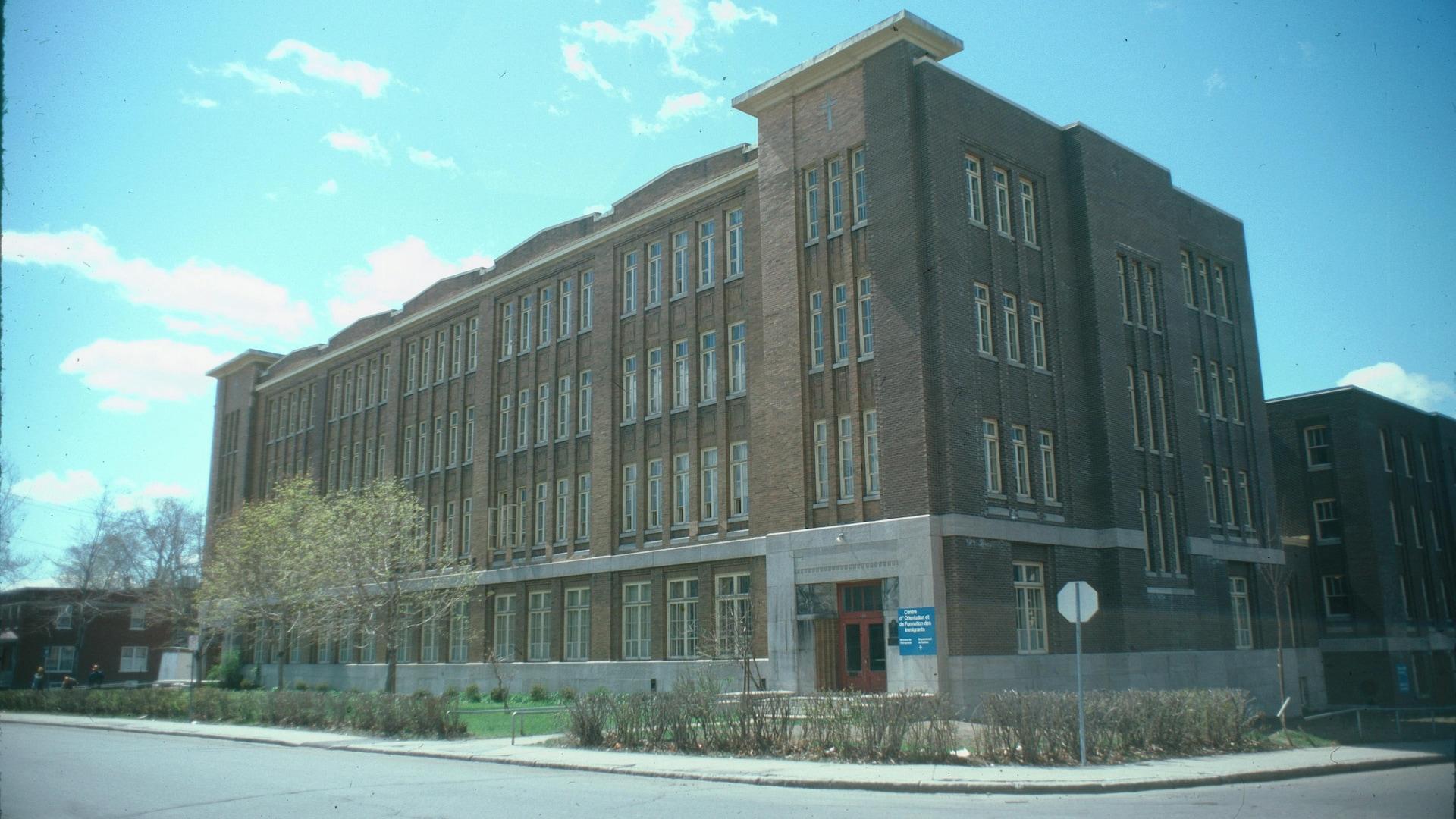 L'ancienne école publique de la rue Père-Marquette était typique du modèle en vogue à Québec au début du 20e siècle. On le voit à ses briques brunes, son style épuré et ses trois étages.