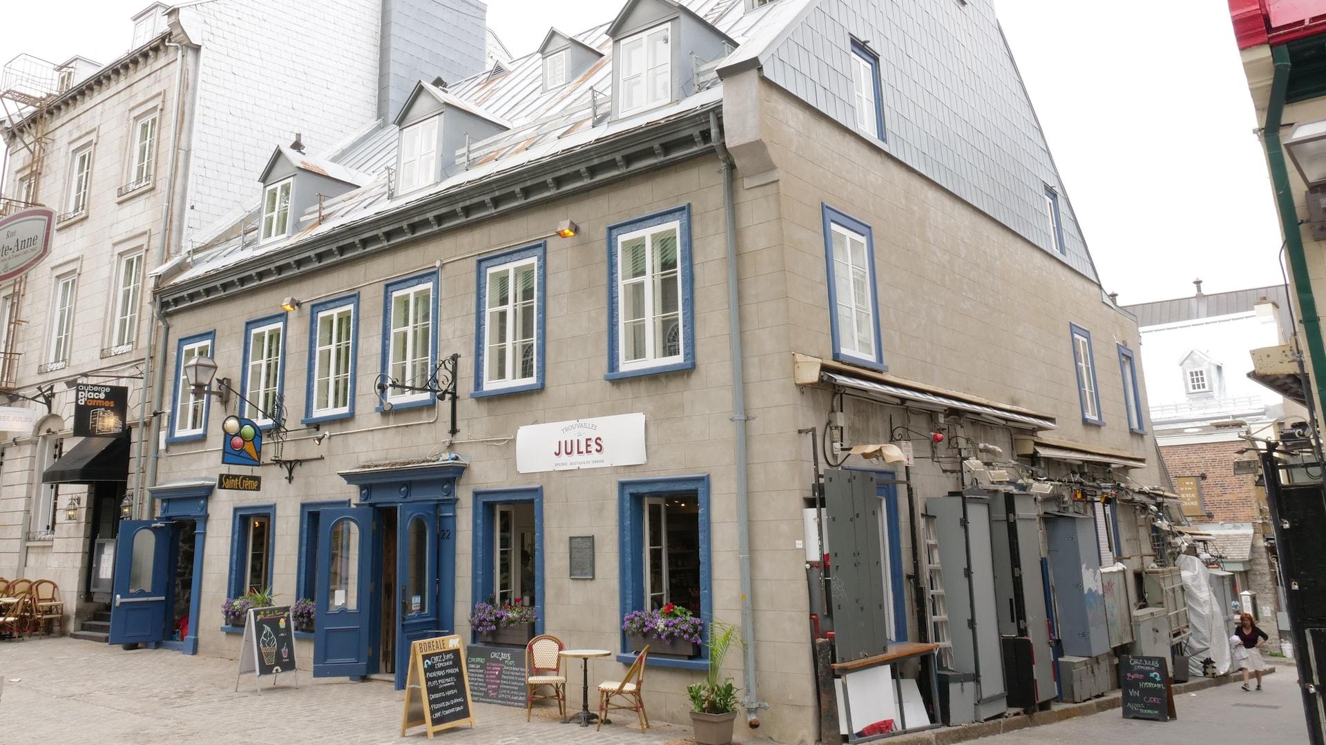 Plusieurs commerces occupent aujourd'hui la maison historique habitée par le premier ministre Chauveau au 19e siècle.
