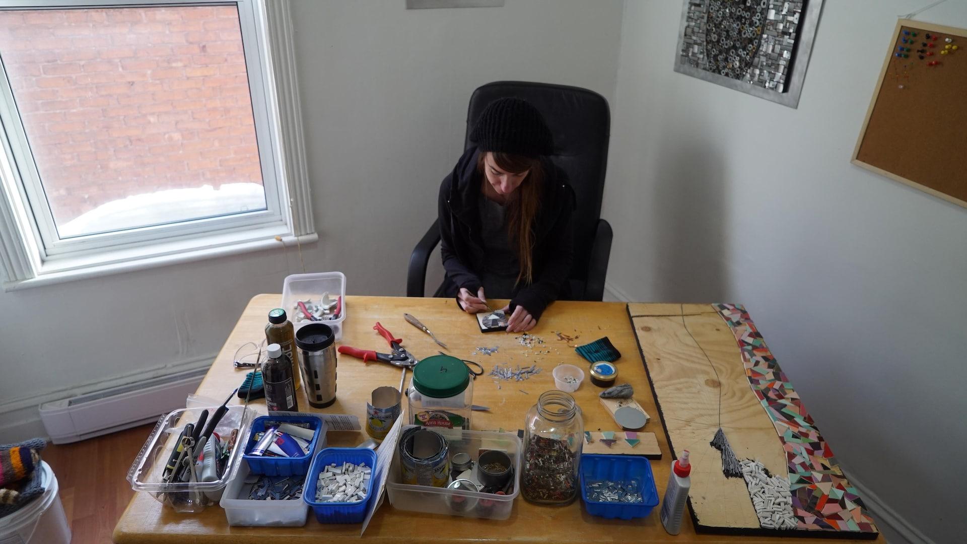 Roxane Campeau travaille une pièce à son bureau.