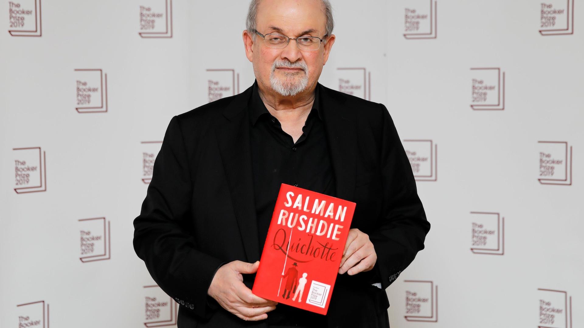 L'auteur pose avec son livre.