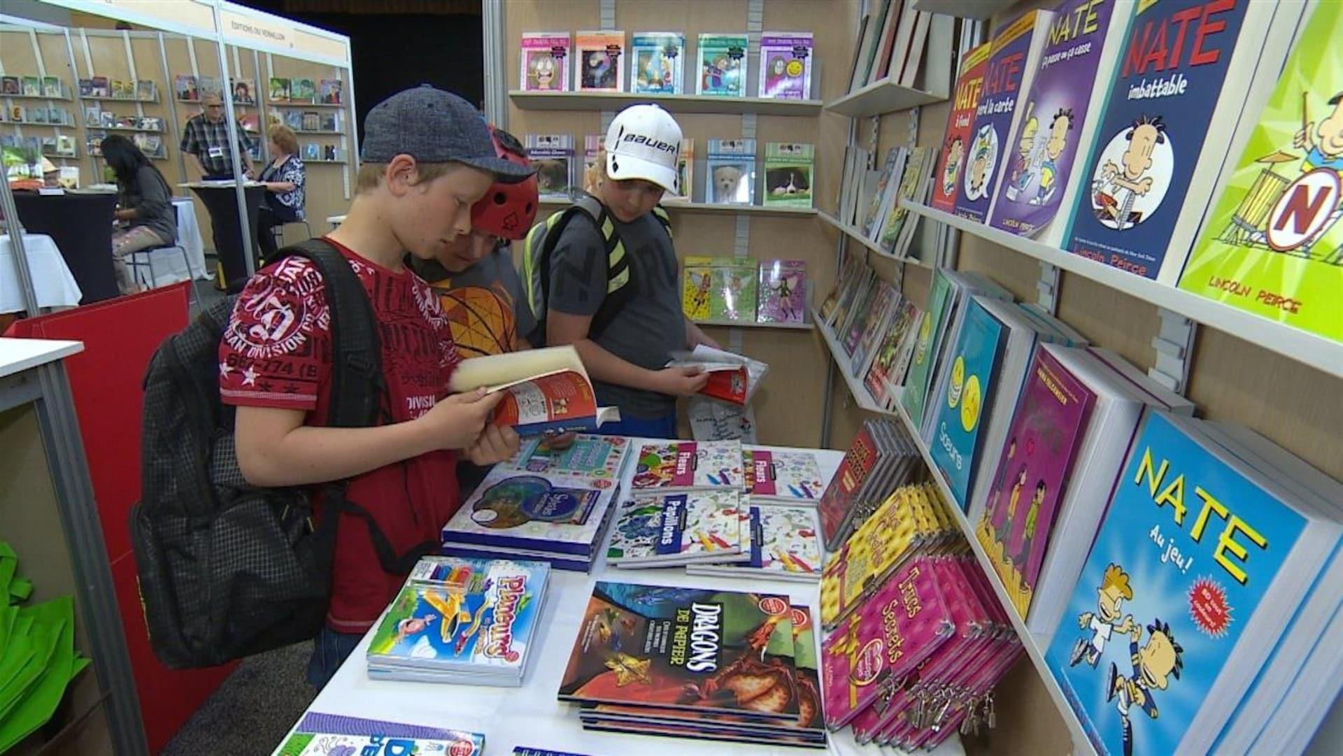 Des jeunes qui examinent des livres.