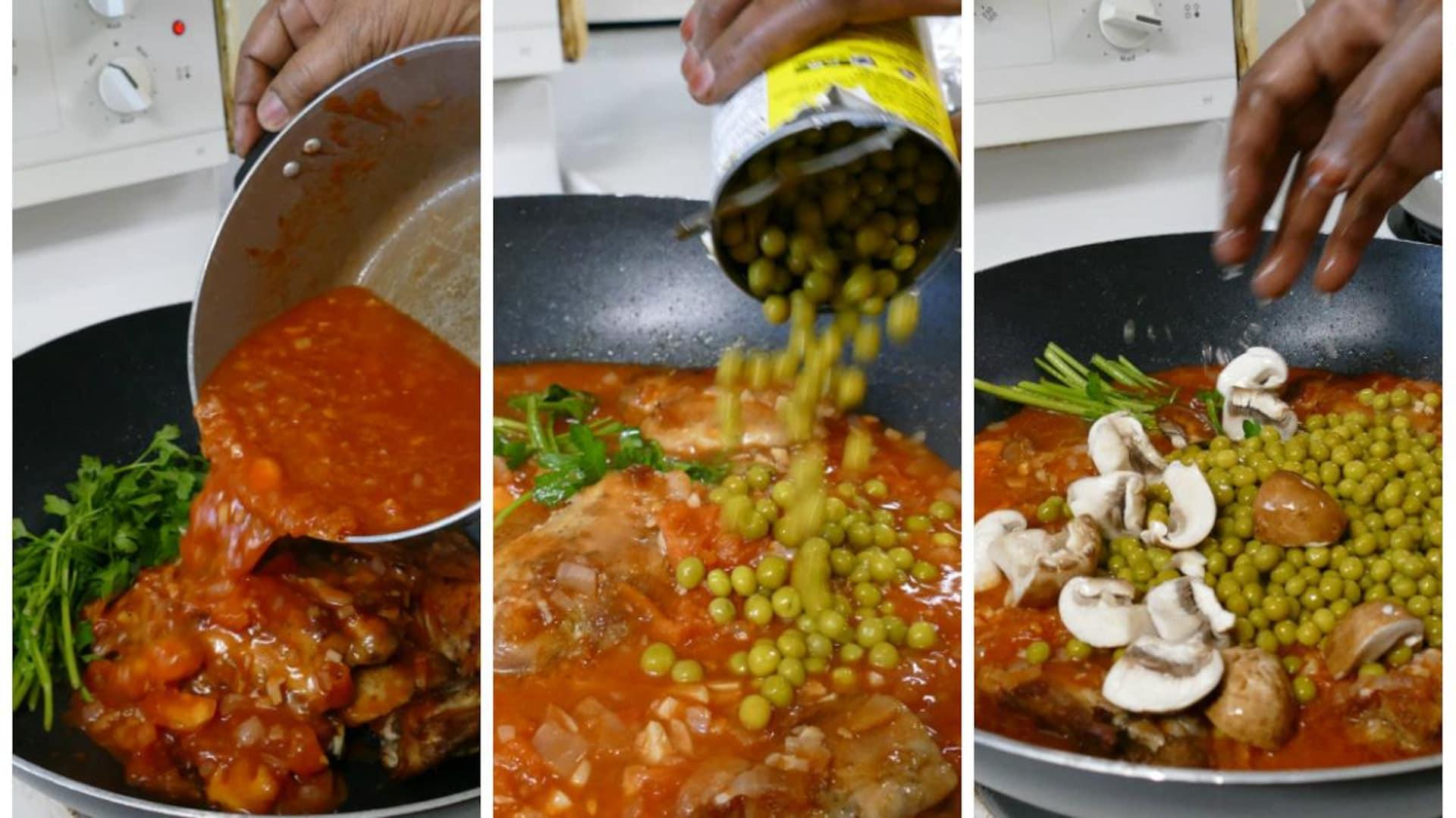 On ajoute la sauce tomate et les oignons au poulet. On verse les pois verts et les champignons dans la sauce.
