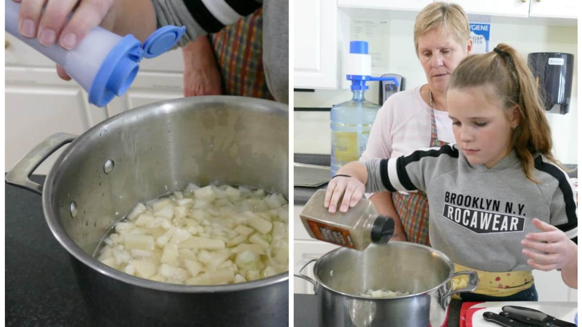 Abby ajoute le sel et le poivre dans le chaudron de patates. Joanne surveille derrière elle.