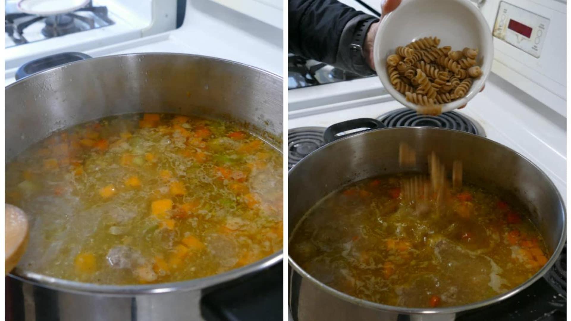 Une main verse un plat de nouilles dans la soupe aux légumes.