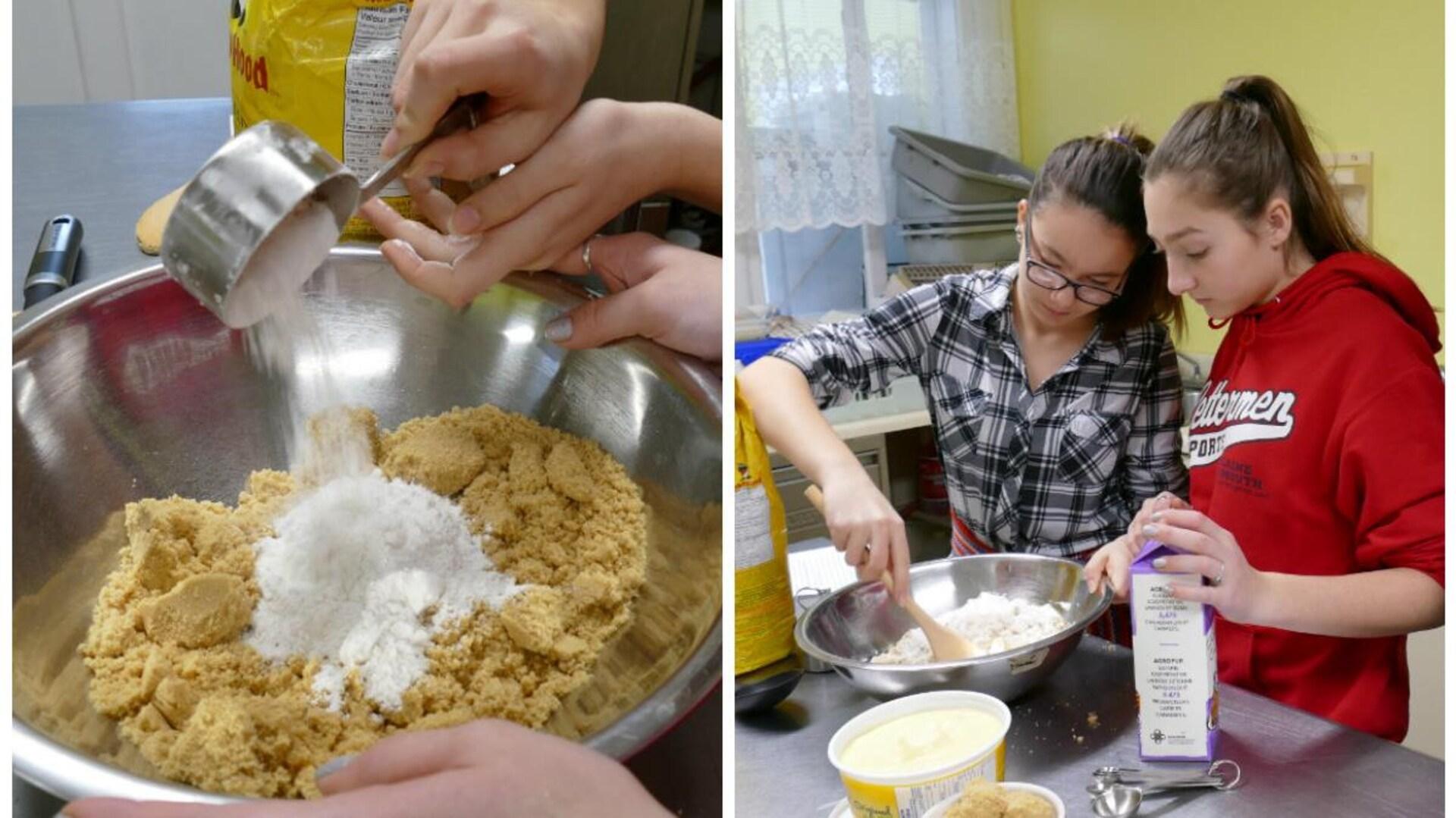 Dans la cuisine, Perle et Paris mélangent le sucre et la farine. Gros plan sur le plat de sucre brun et farine.