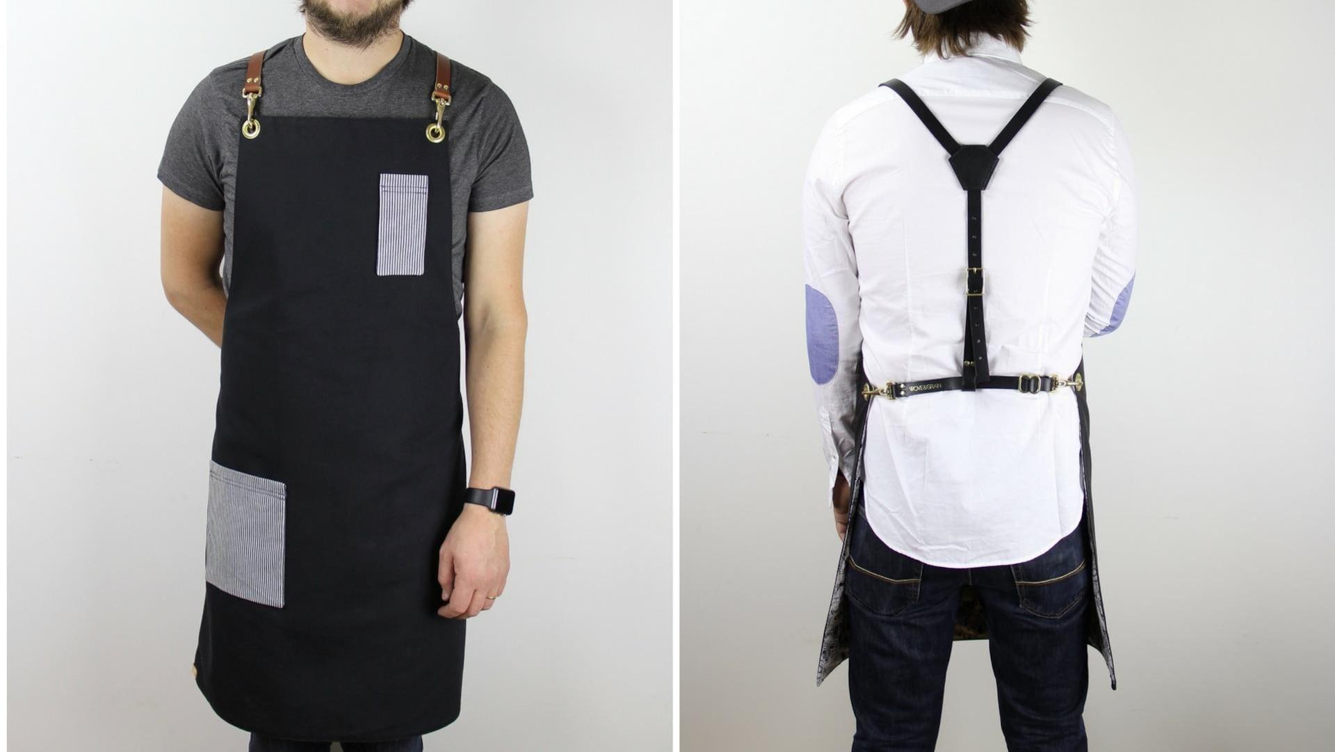 À gauche, un homme de face portant un tablier noir avec deux pochettes rayées blanc et noir.  À droite, un homme de dos portant un tablier, ce qui permet de voir les bretelles croisées.