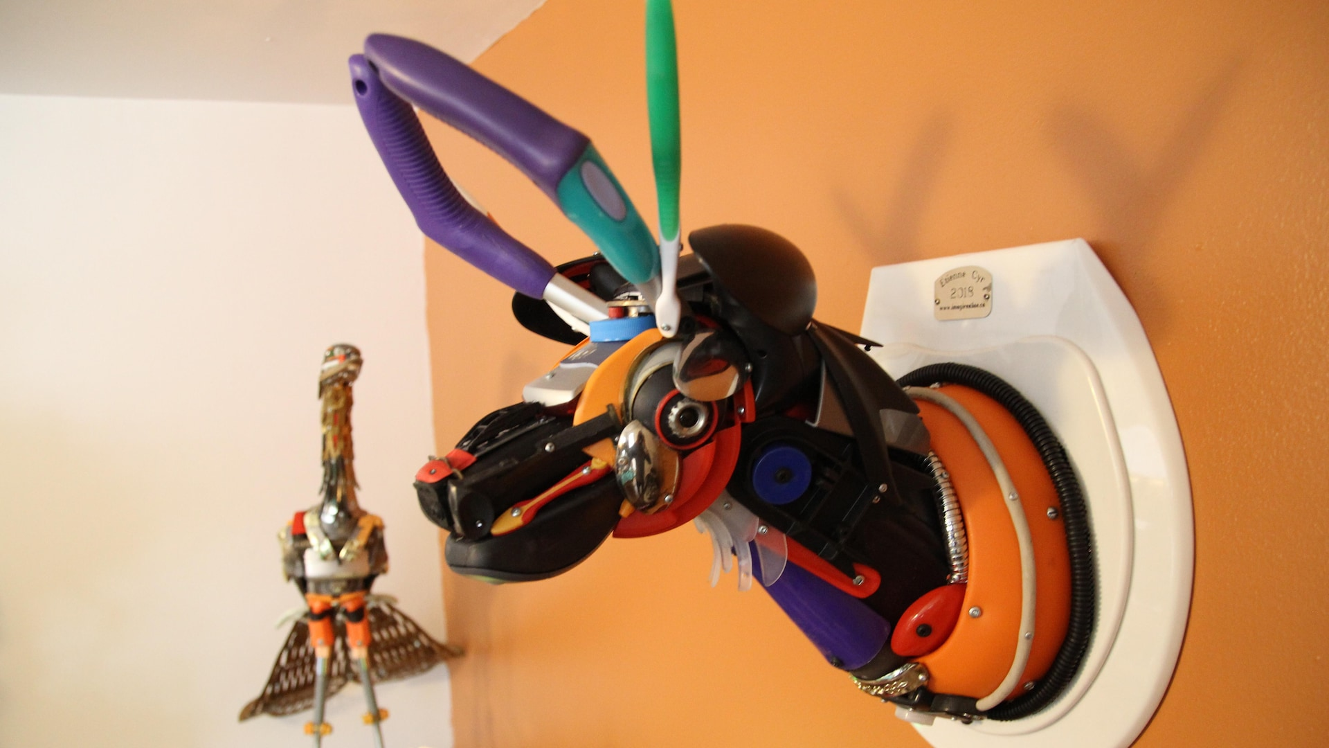 Une tête de chevreuil fabriquée avec différents objets récupérés.