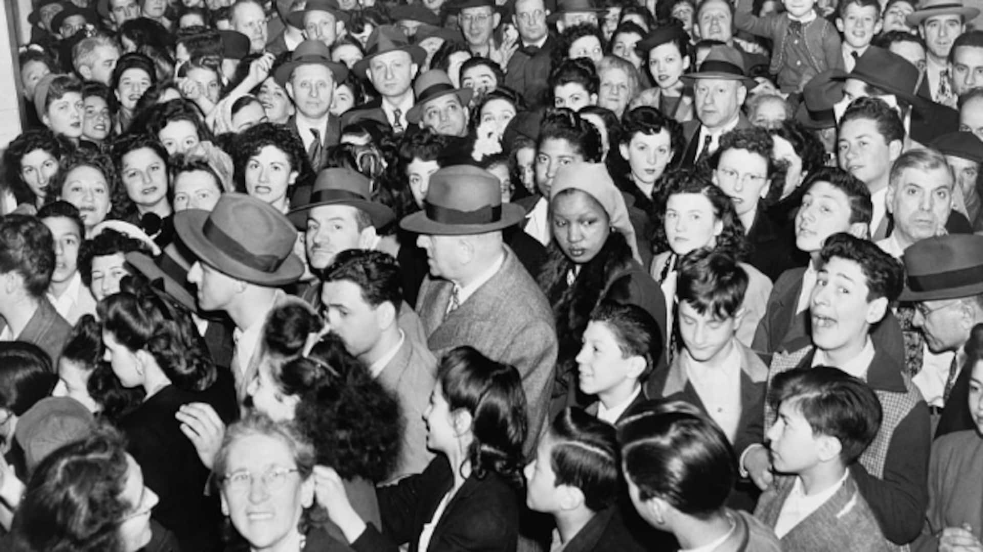 Une foule compacte se presse en vue de recevoir un vaccin. On n'arrive même pas à distinguer la file tellement les gens sont nombreux.