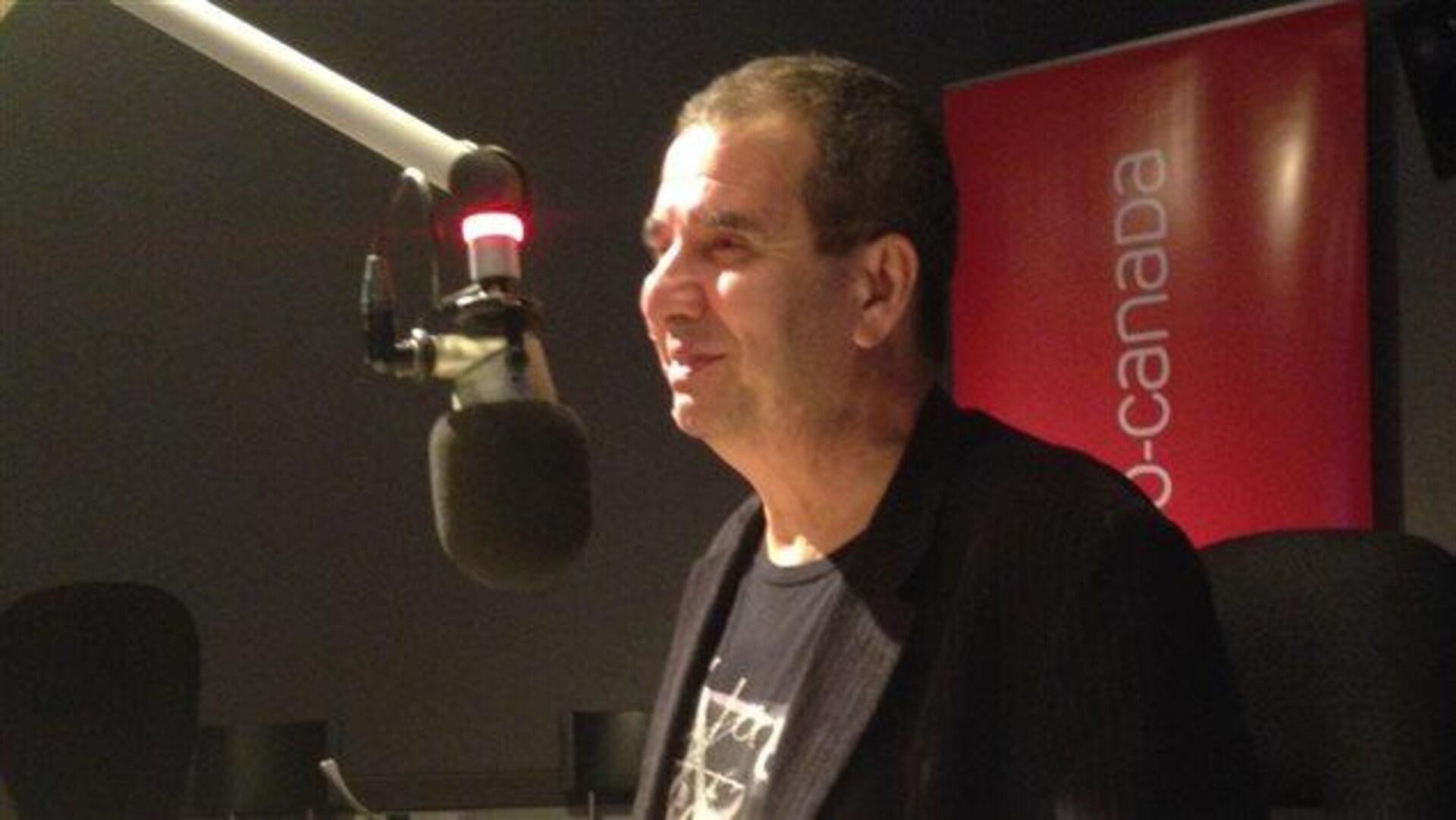 Valéry Vlad, président du Salon du livre de Toronto au micro de Radio-Canada en studio en 2015