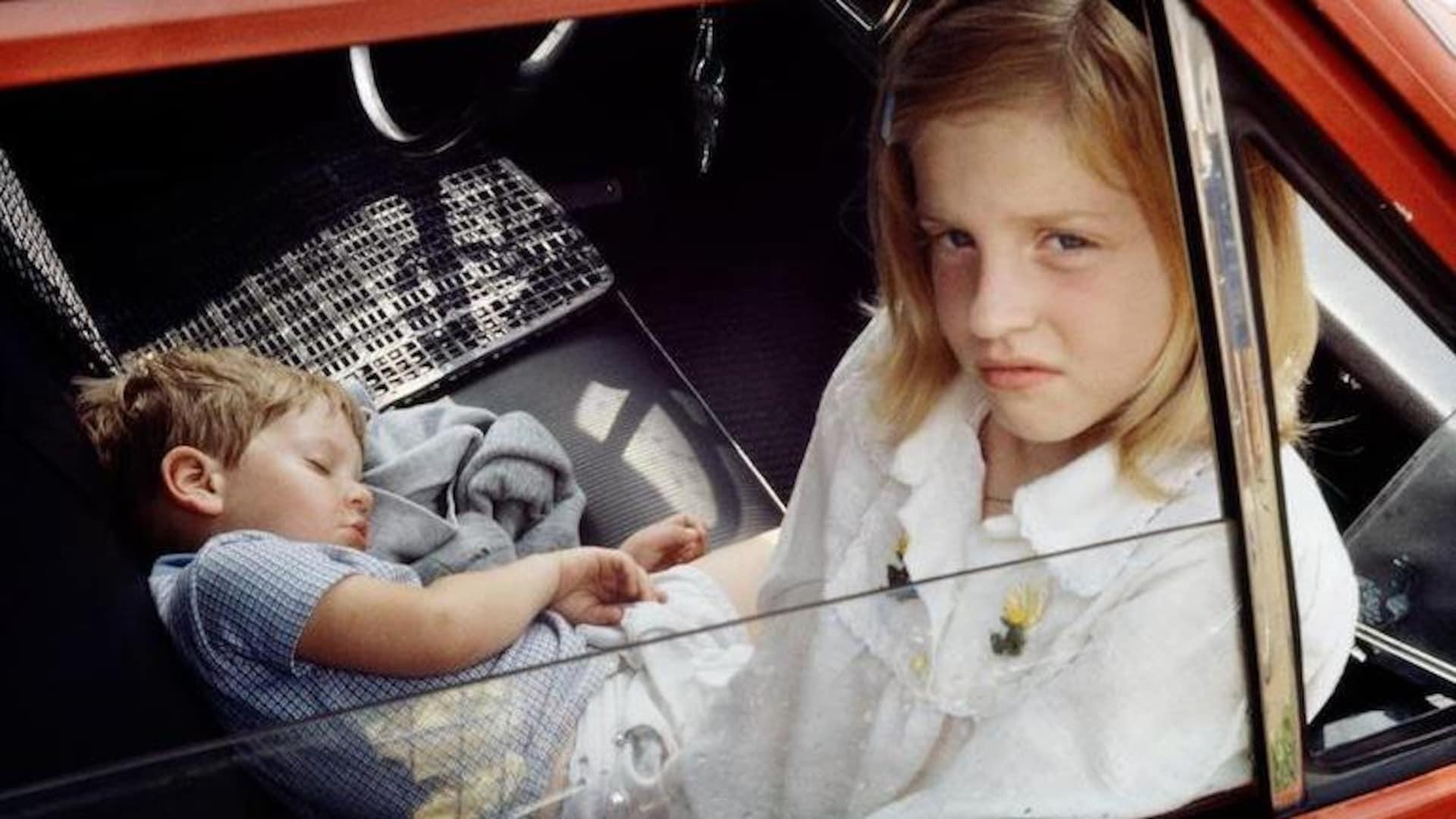Deux enfants dans une voiture