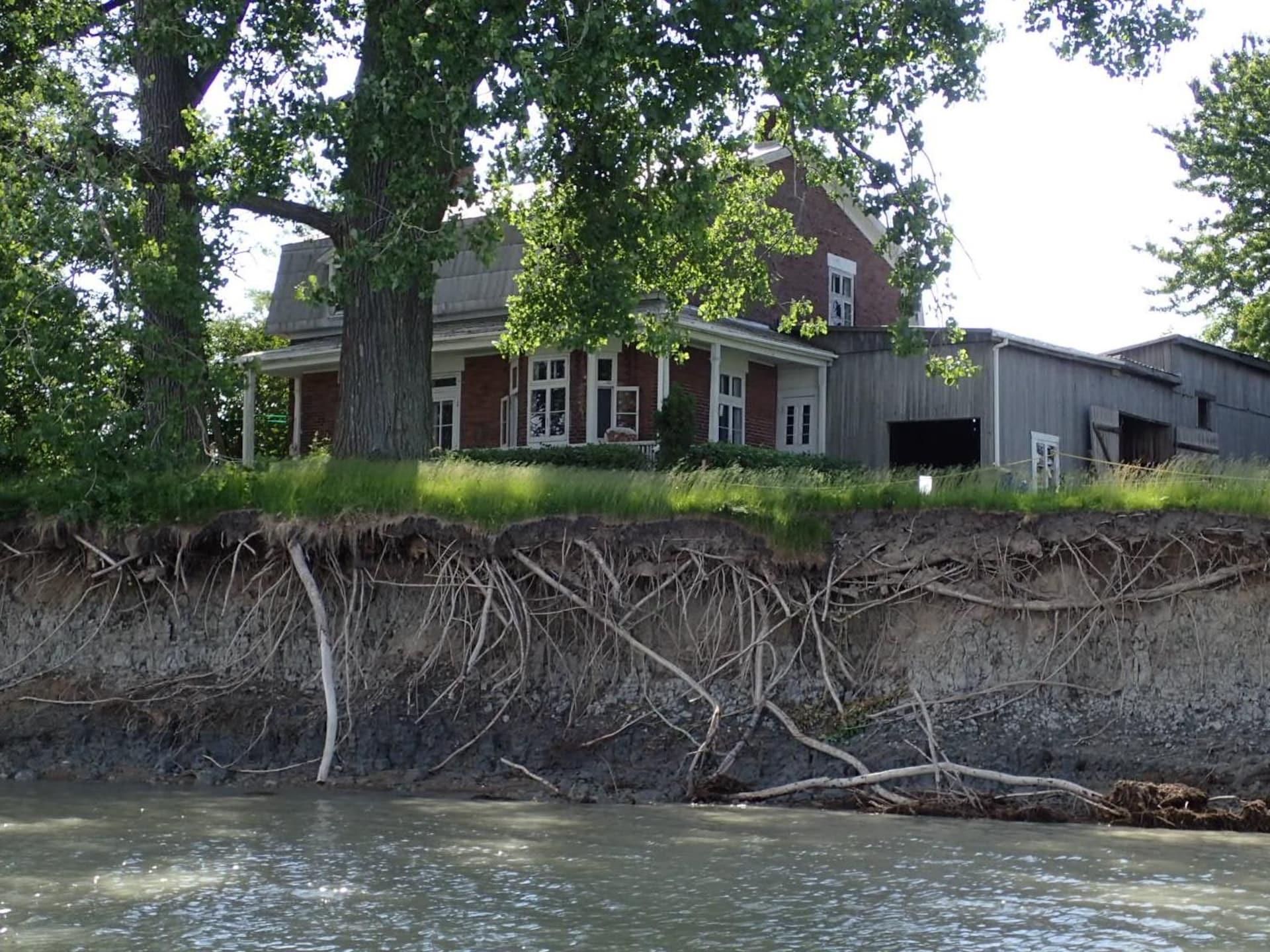 L'érosion fait apparaître les racines des arbres devant la maison Durocher.