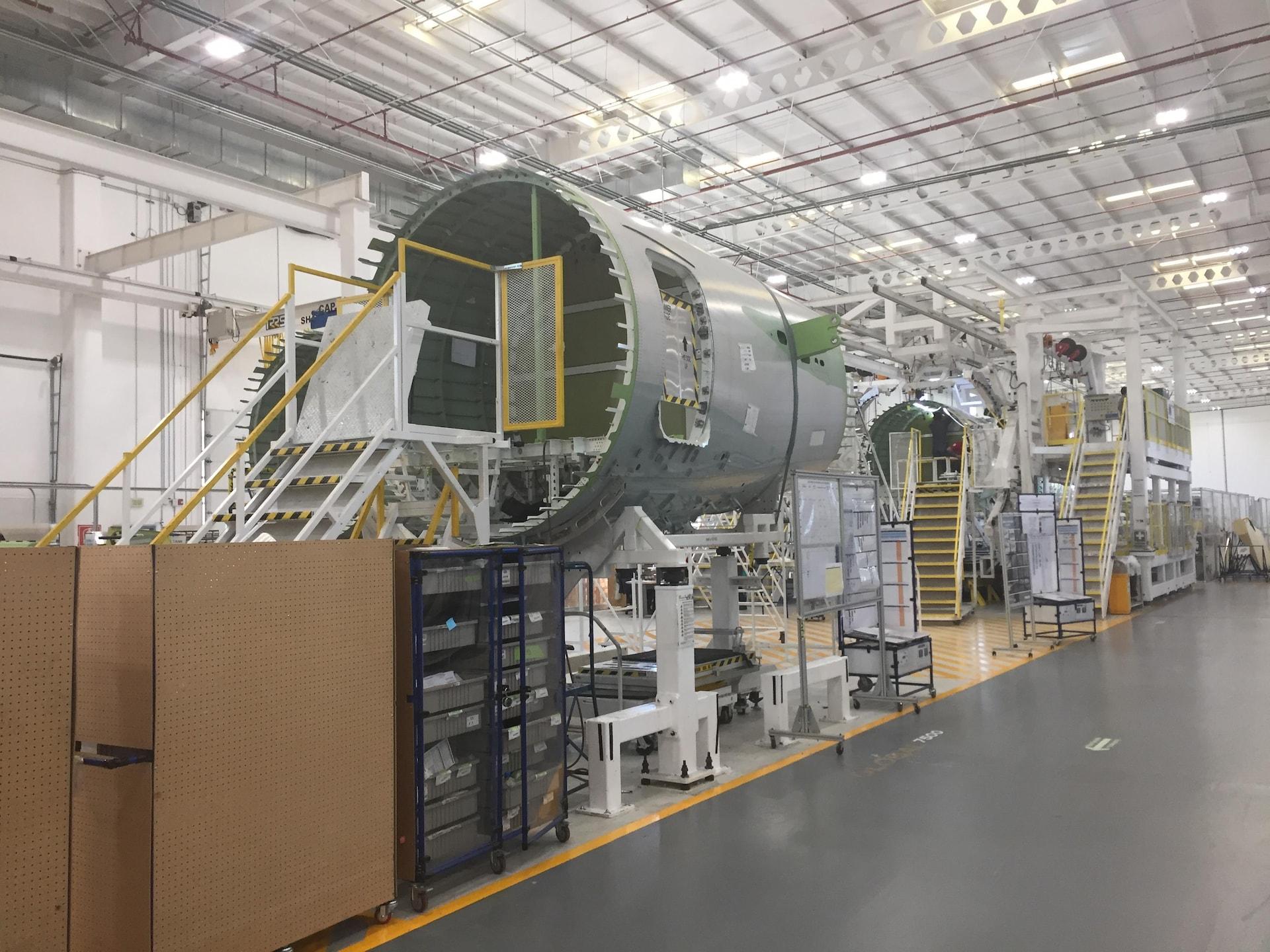 Des fuselages dans une usine.