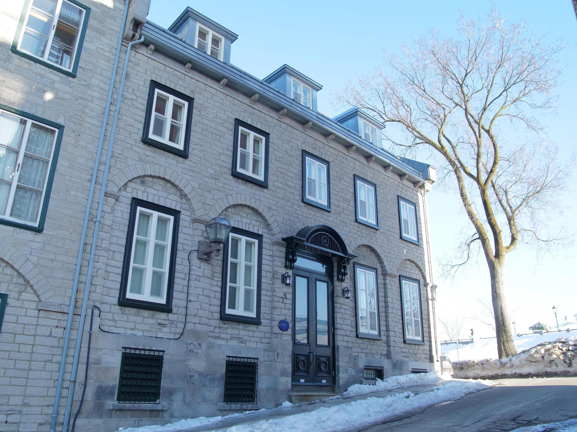 La maison Boswell, à l'angle de la rue Saint-Denis, près de la Citadelle. La belle façade de pierre de la demeure, le toit et ses lucarnes et les détails ouvragés de la porte sont remarquables.