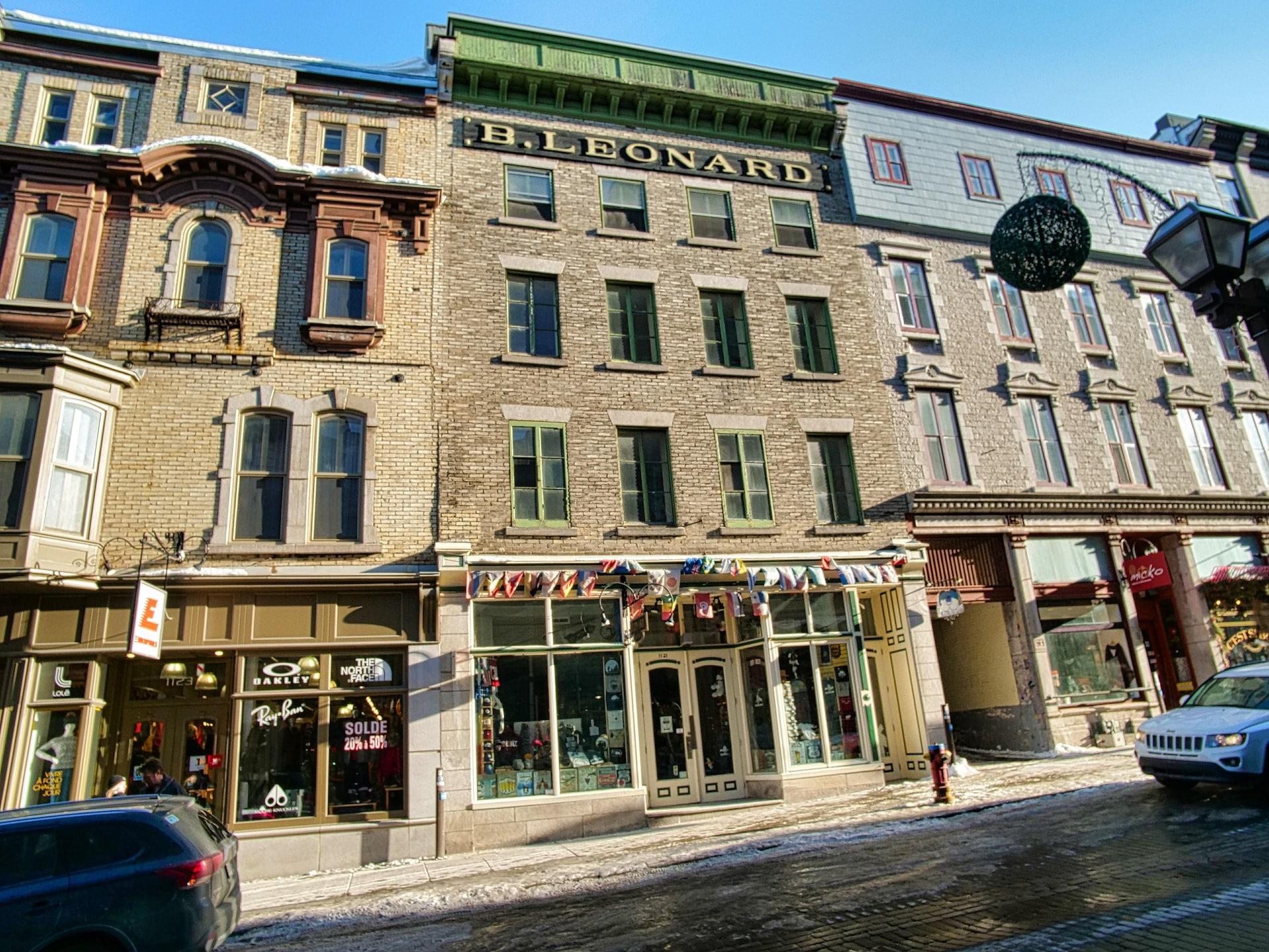 D'énormes lettres dorées B.Leonard s'étalent, bien visibles en haut d'un édifice de briques de la rue Saint-Jean.