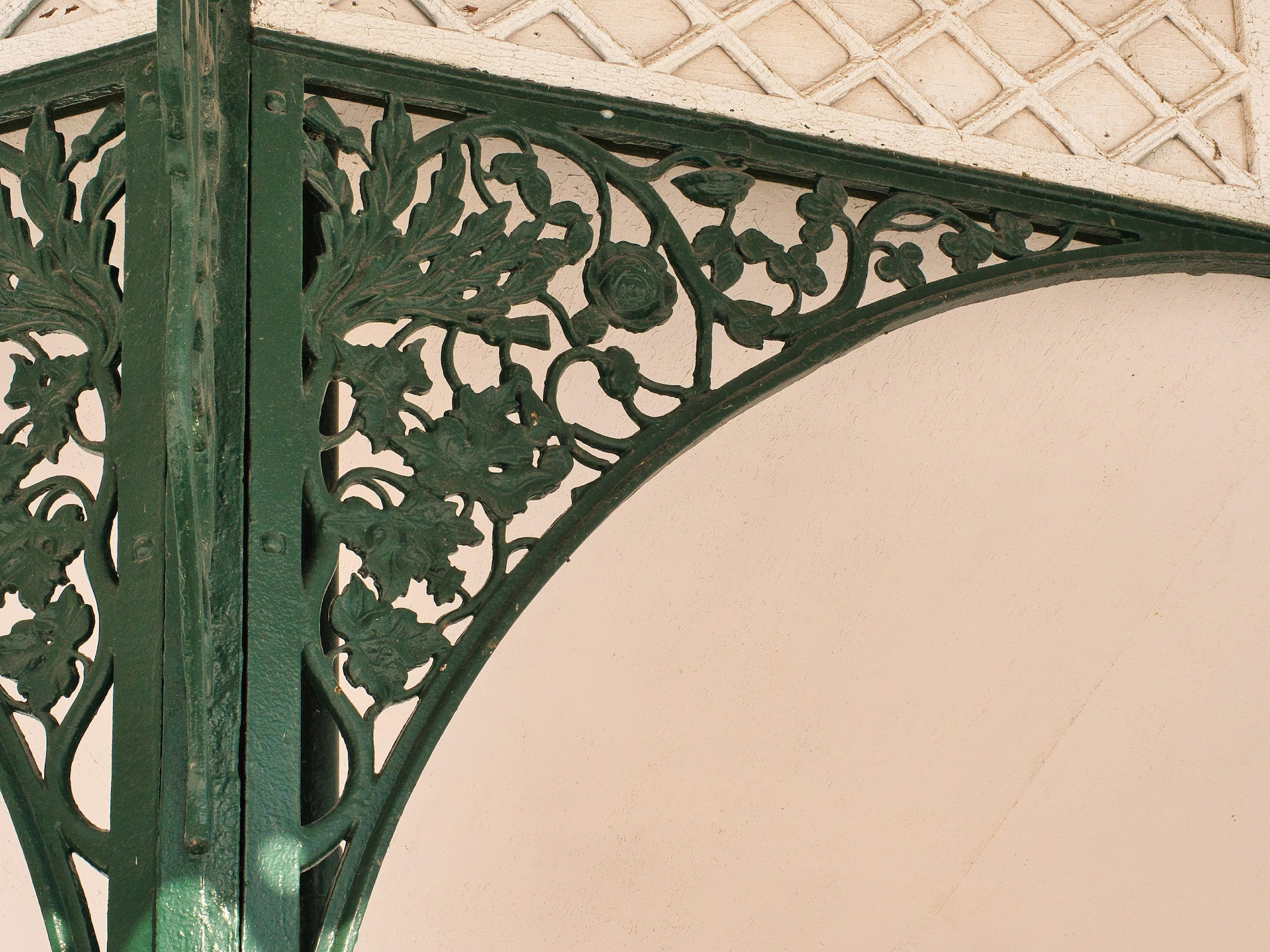 Le trèfle irlandais,  la rose anglaise, le chardon écossais et la feuille d'érable canadienne sont intégrés à la structure de métal vert qui supporte le toit des kiosques de la terrasse Dufferin.