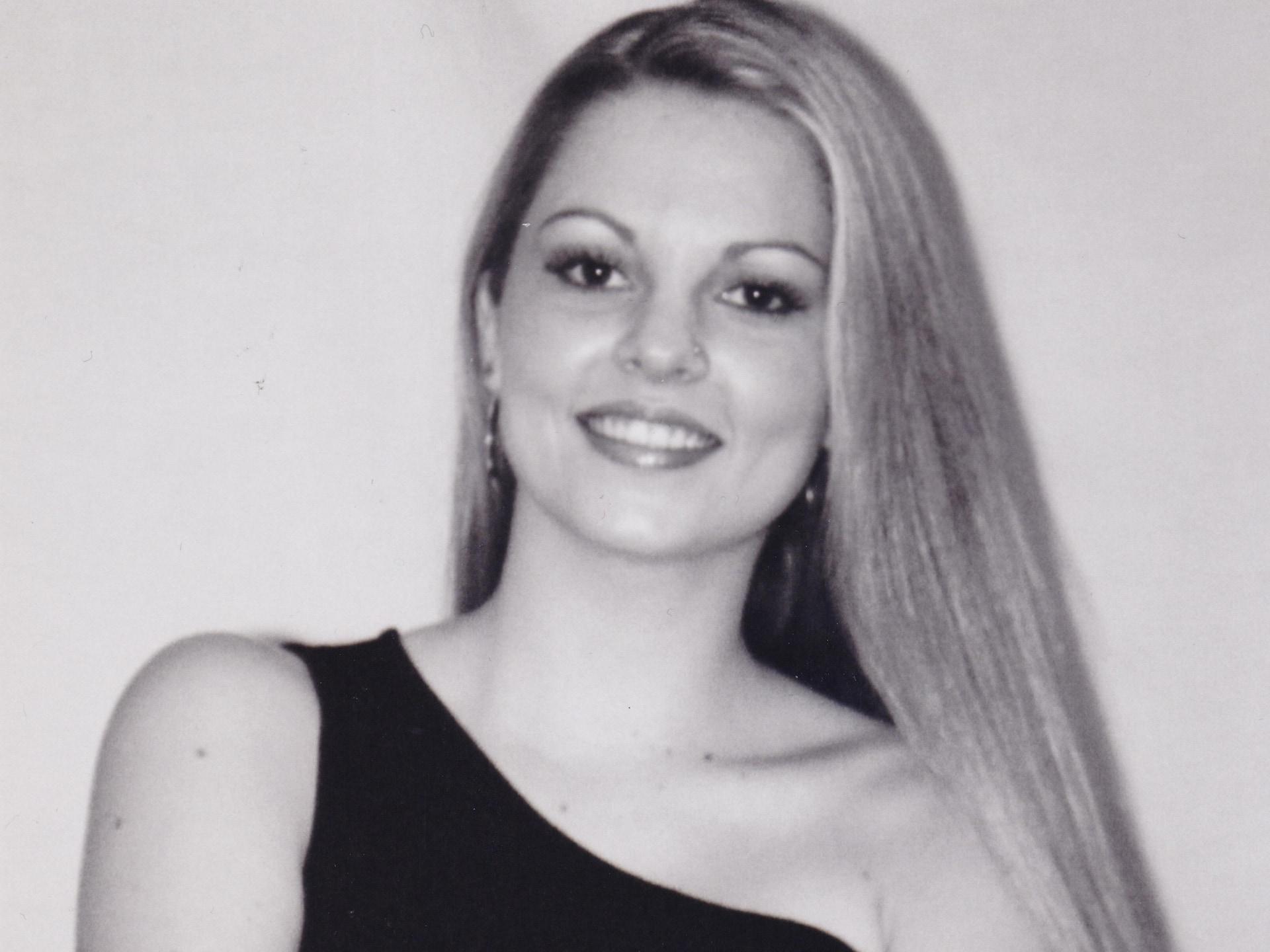 Une femme photographiée en noir et blanc.