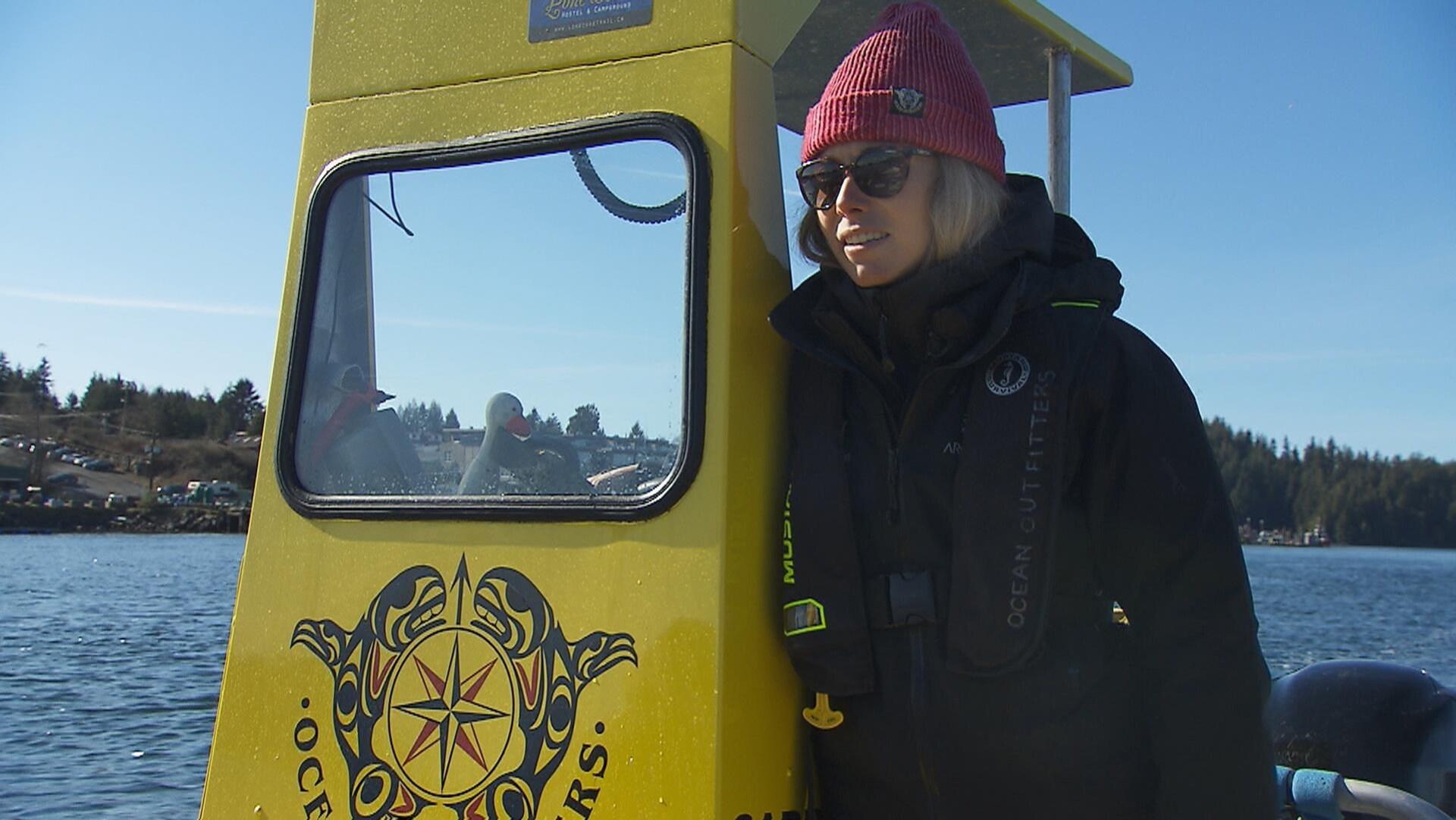 Sophie L'Homme conduit un bateau taxi.