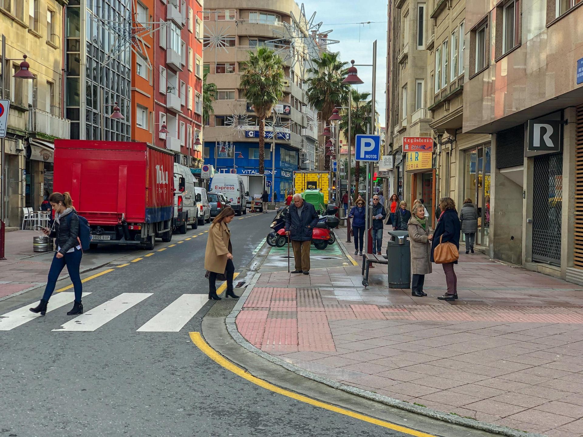 Des gens marchent sur une traverse piétonne.