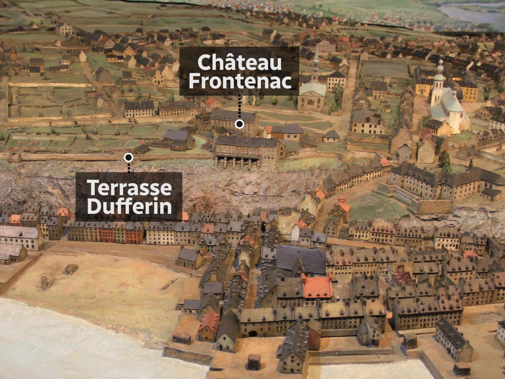 Sur les fortifications on peut apercevoir le château Saint-Louis, plutôt que la terrasse Dufferin qui l'a remplacé aujourd'hui. Le Palais épiscopal du haut de la côte de la Montagne, disparu aujourd'hui, est aussi très remarquable.