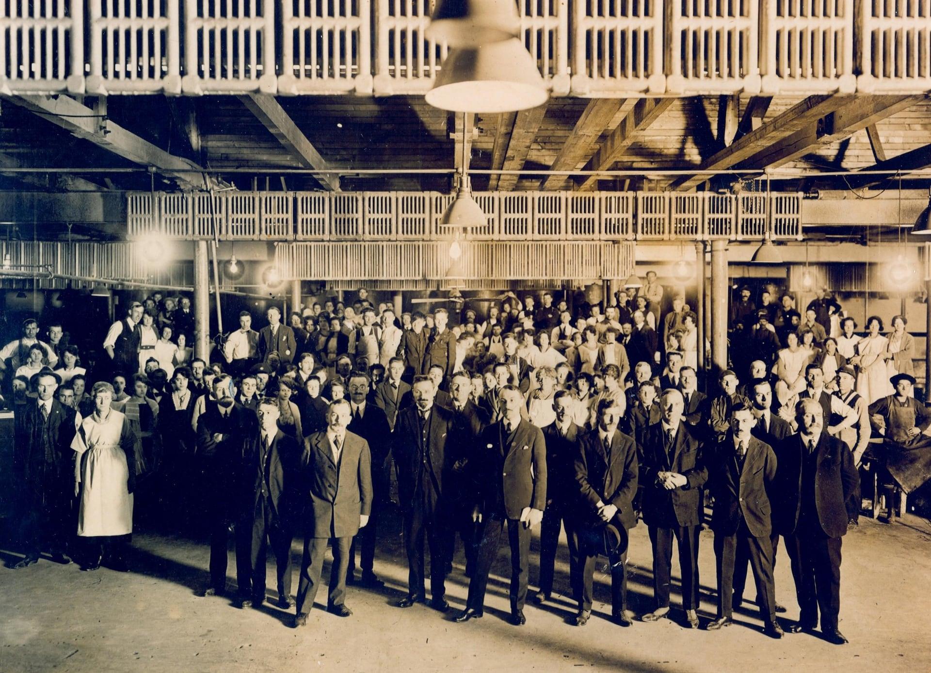 Les premiers employés de la Commission des liqueurs prennent la pose pour un portrait officiel. Ils sont nombreux. Au premier rang, on voit plusieurs hommes bien mis, sans doute les administrateurs.