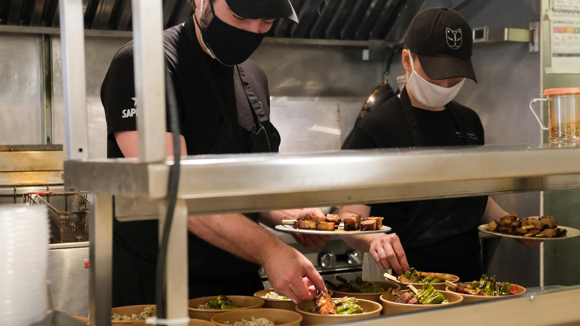 Deux cuisiniers en action.