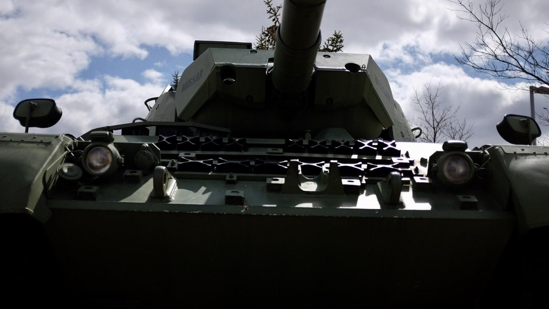 Un char de combat vu d'en dessous du canon.