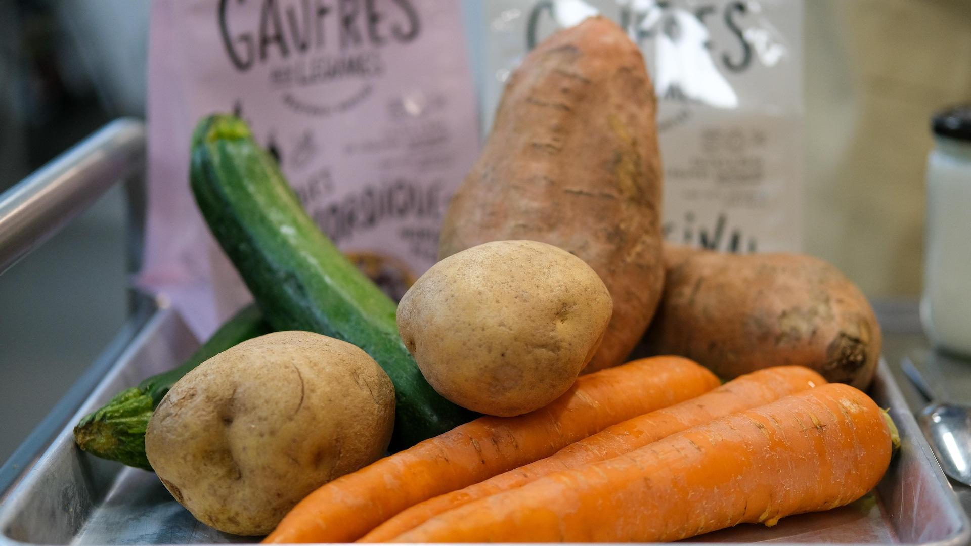 Des légumes sur un cabaret.