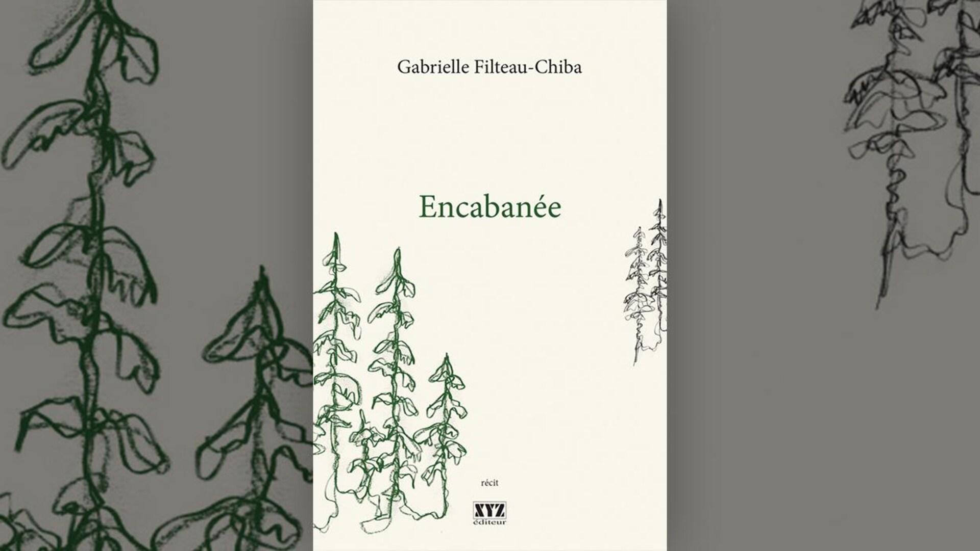 Image de la couverture du livre « Encabanée » de Gabrielle Filteau-Chiba : trois silhouettes de conifères tracées au crayon vert au premier plan, deux conifères stylisés au crayon noir à l'arrière plan, sur fond écru.