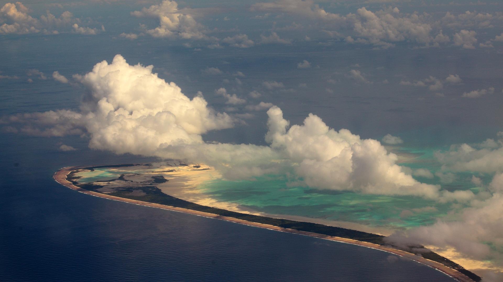 Une île de l'archipel de Kiribati, vue à travers les nuages