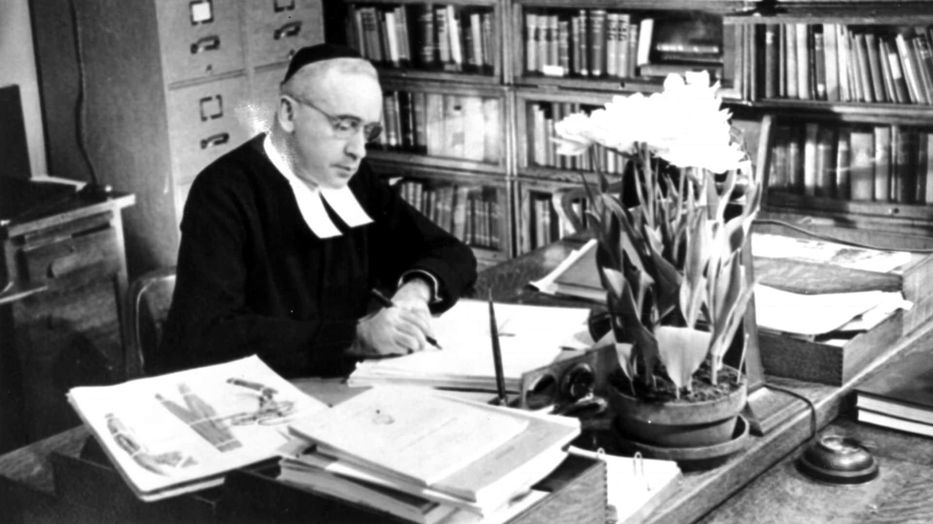 Le frère Marie-Victorin dans son bureau de l'Institut botanique en 1939