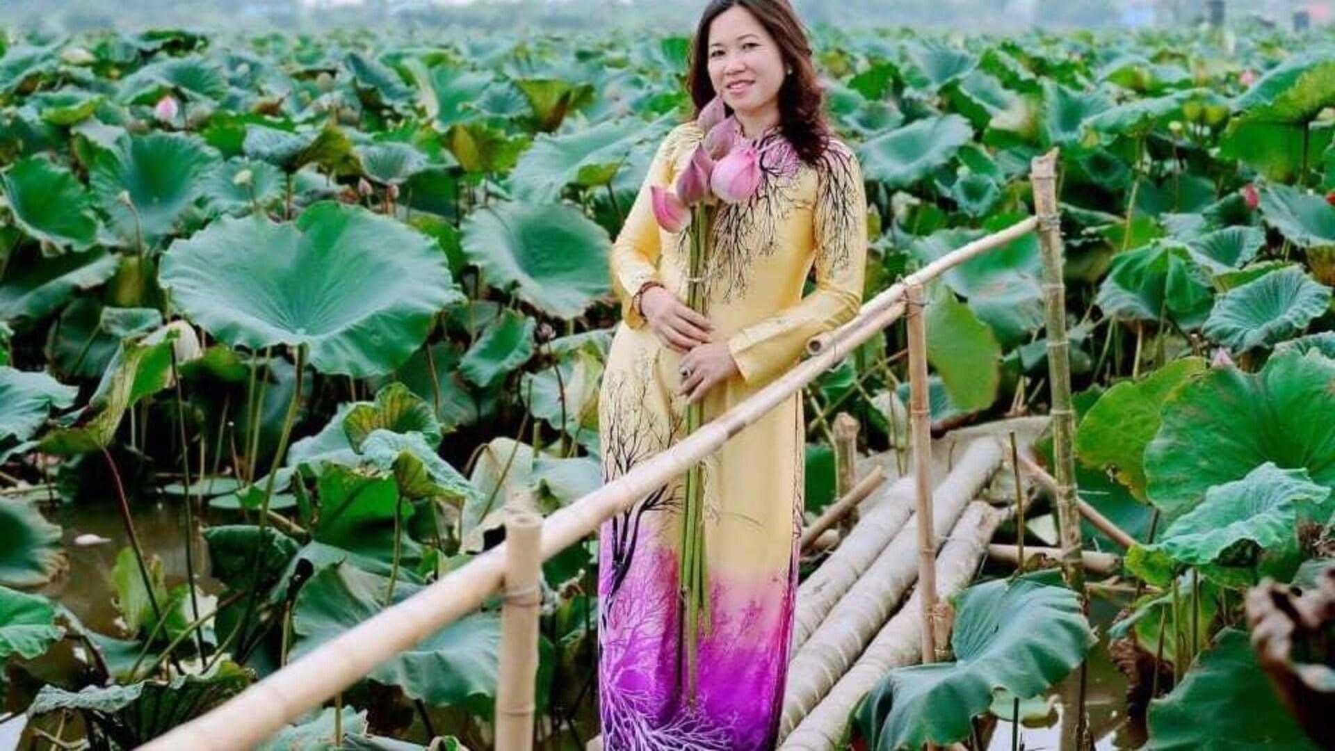 Thuy Nguyen debout au milieu de la végétation.