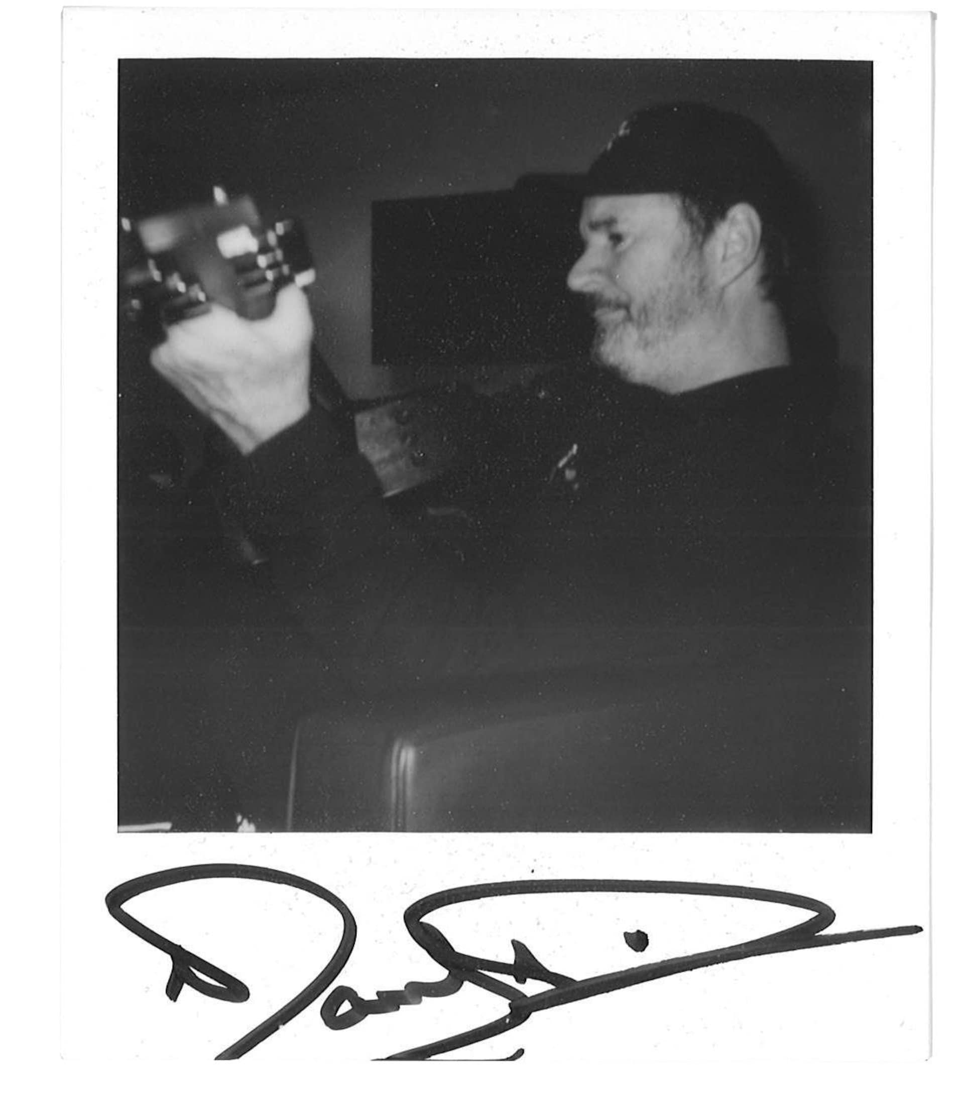 Photo polaroid d'une guitare autographiée par Paul Piché