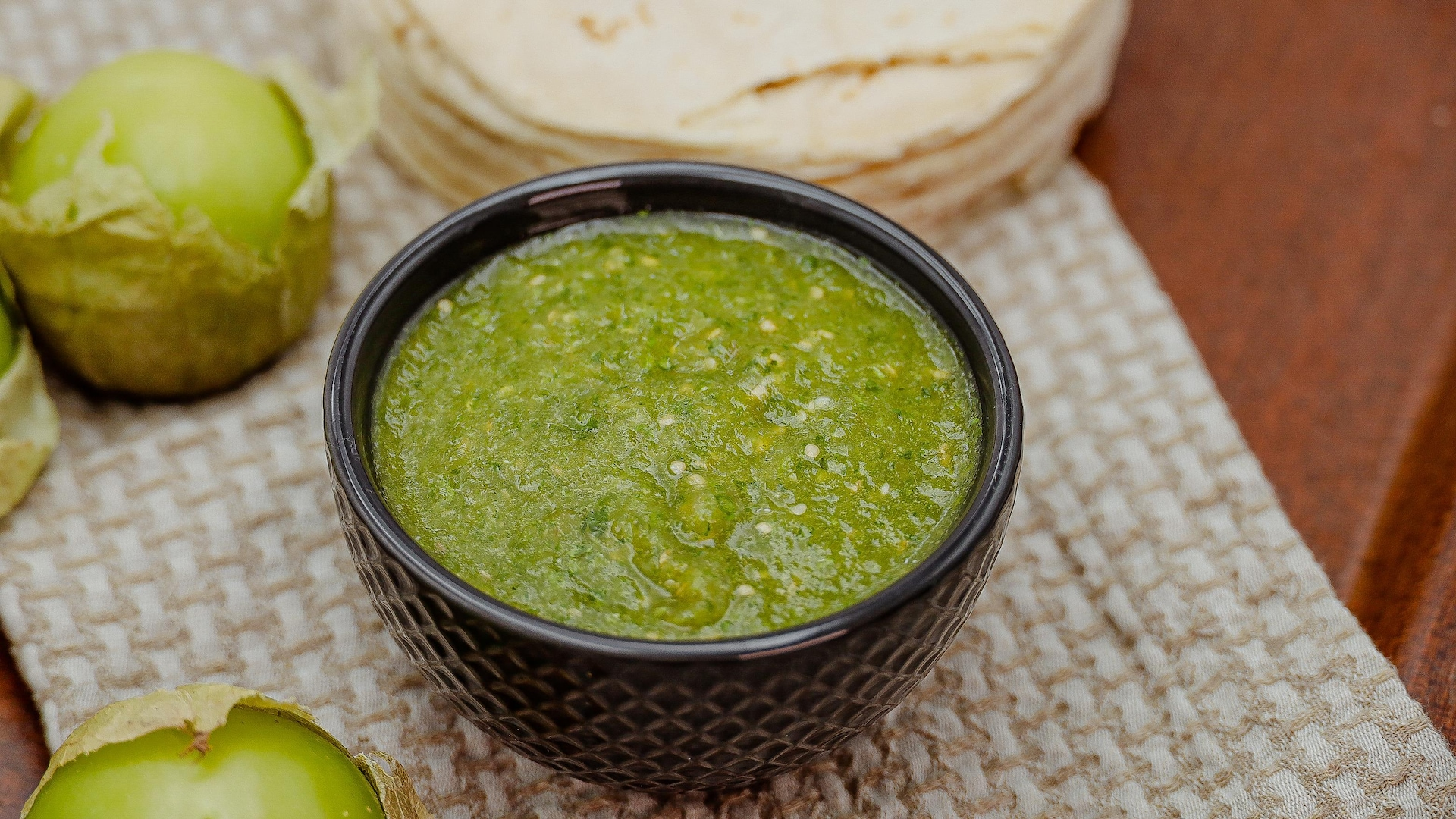 Un bol de salsa verde est disposé sur la table.