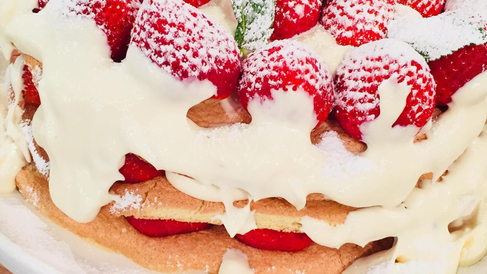 Un gâteau aux fraises avec de la crème.