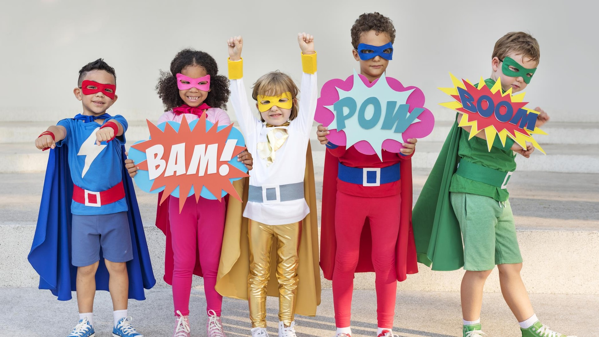 Des enfants sont déguisés en super-héros.