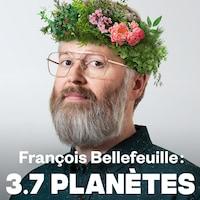 François Bellefeuille a des fleurs dans les cheveux.
