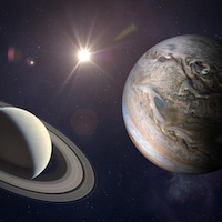 Un montage photo montre Jupiter et Saturne ainsi qu'une étoile brillante entre les deux planètes.