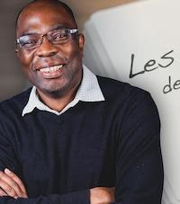Jean-Marie Yambayamba souriant et les bras croisés.