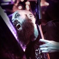 Plan rapproché du guitariste Chris Donaldson, du groupe Cryptopsy.