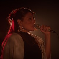 Elisapie chante au micro.