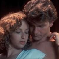 Patrick Swayze enlace Jennifer Grey dans une des scènes du film Danse lascive.