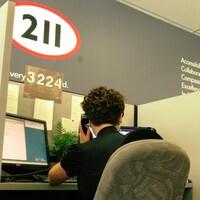 Une téléphoniste du service 211 qui répond à un appel.