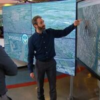 Bruno Savard discute avec l'architecte et designer urbain Érick Rivard dans les studios de Radio-Canada