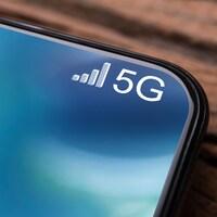 Un plan large d'un téléphone cellulaire connecté à un réseau 5G.