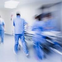 Une équipe médicale dans un couloir avec effet de vitesse