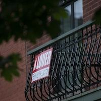 Affiche « à louer » sur un balcon.