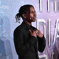 A$AP Rocky est habillé en costume noir.