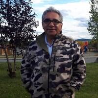 Le grand chef du Grand conseil des Cris Abel Bosum devant un parc.