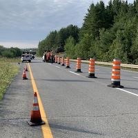 Des cônes orange sur la chaussée de l'autoroute 55.